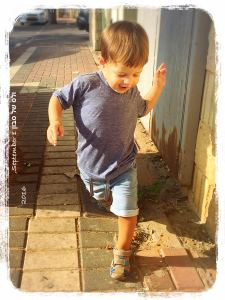 יונתן הקטן רץ בבוקר אל הגן